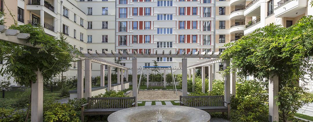 Rohbau-Projekt, Neubau eines Wohnhauses, mit Innenhof und Brunnen