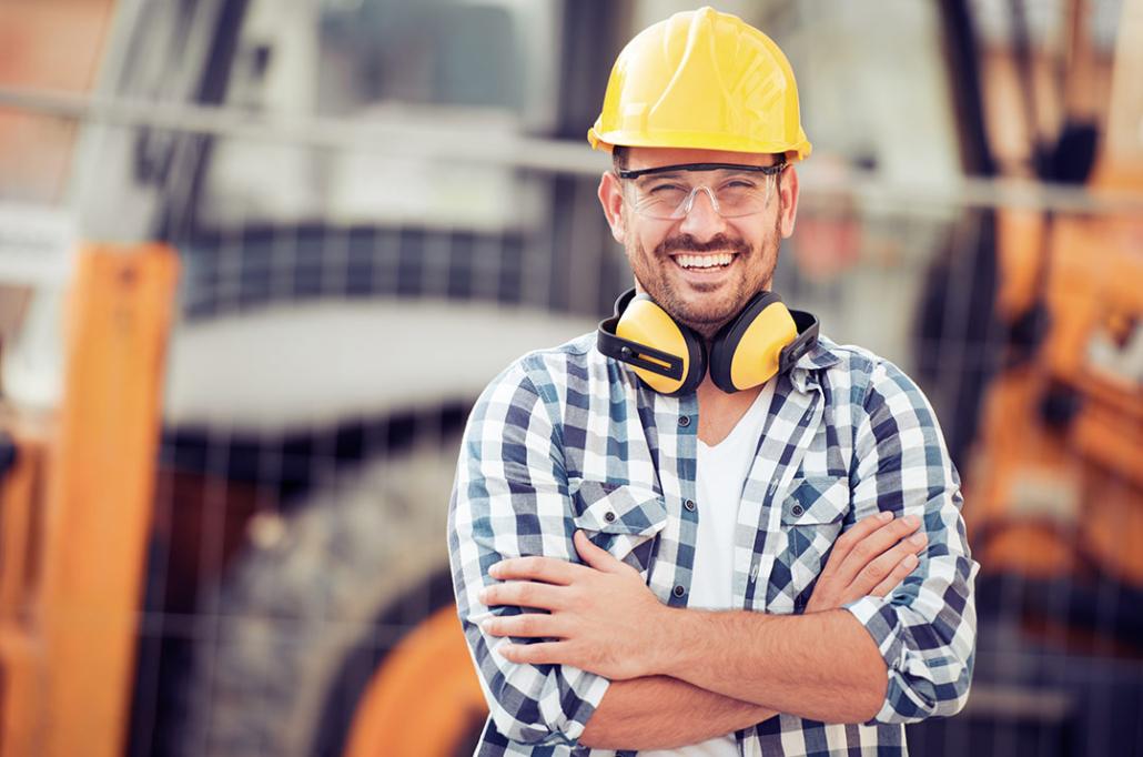 Bauarbeiter auf Baustelle mit Bauhelm und Schutzkleidung